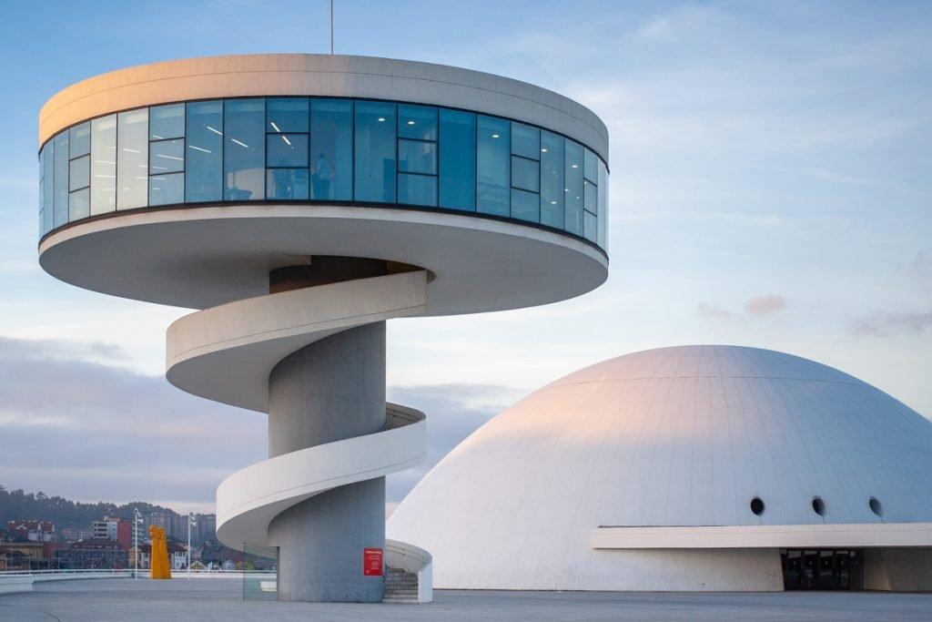 Een wit modern gebouw in Aviles