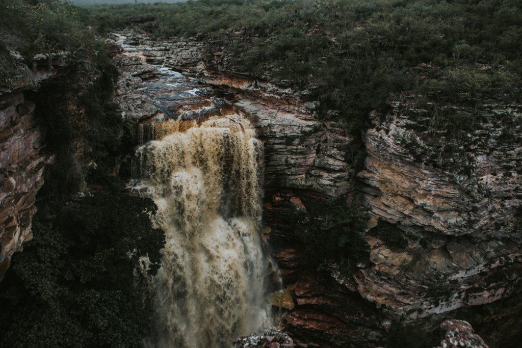 Water dat via de bruine rotsen naar beneden stort van de Buracâo waterval