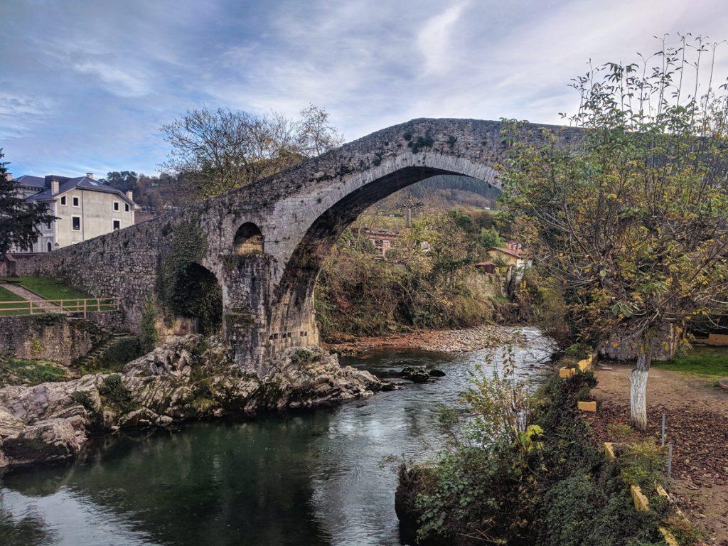 Romeinse puntige brug over een rivier in Asturias in Spanje, een van de bekendste bezienswaardigheden