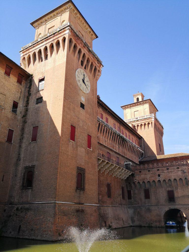 De voorkant van het kasteel Castello Estense aan het water