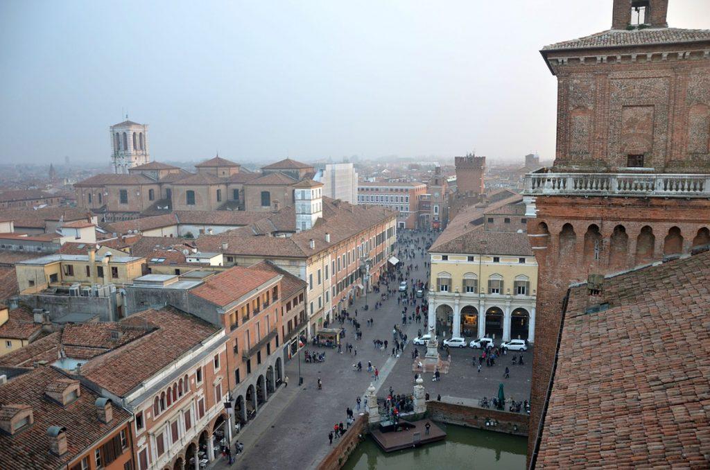 Uitzicht over de stad Ferrara in Italië, met alle rode gebouwen op de achtergrond