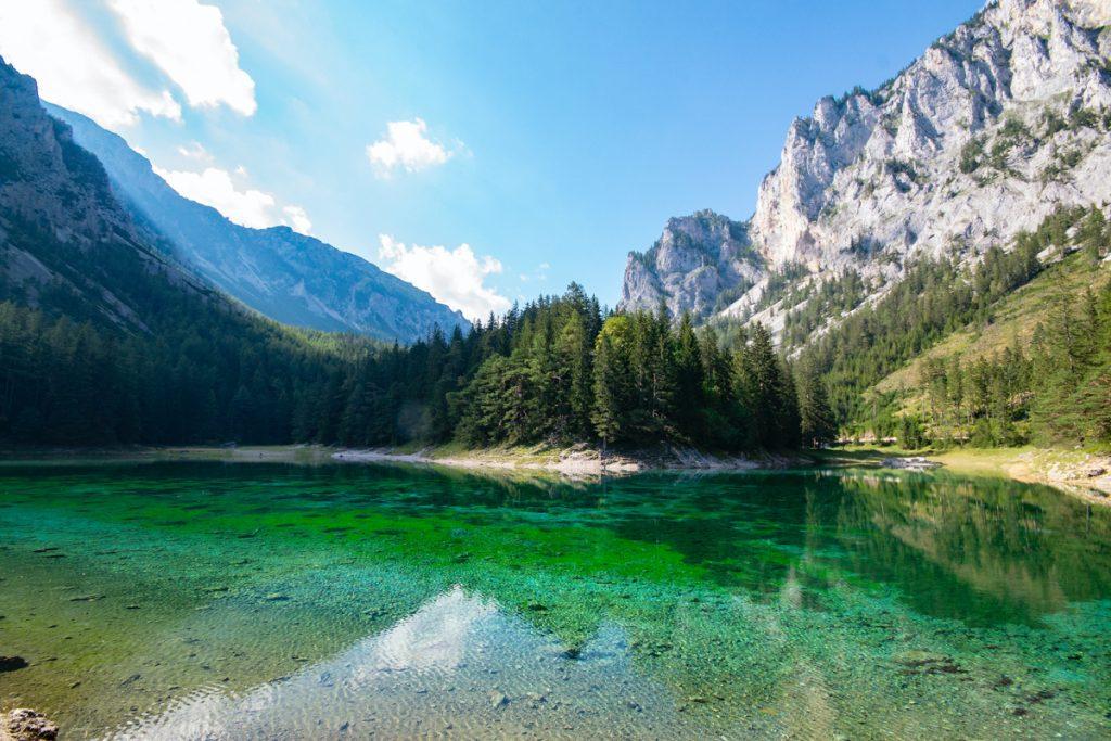 Het groene water van het Grüner See meer in Oostenrijk, een van de mooiste meren in Europa