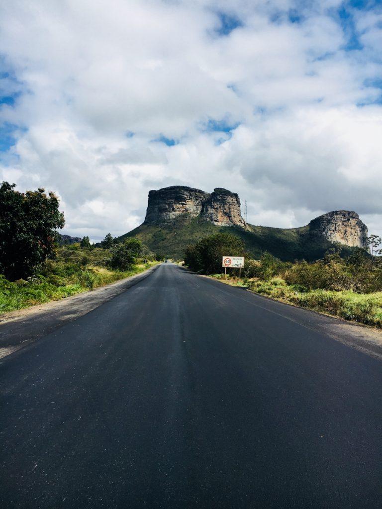 De geasfalteerde weg met Morro do Pai Inácio op de achtergrond