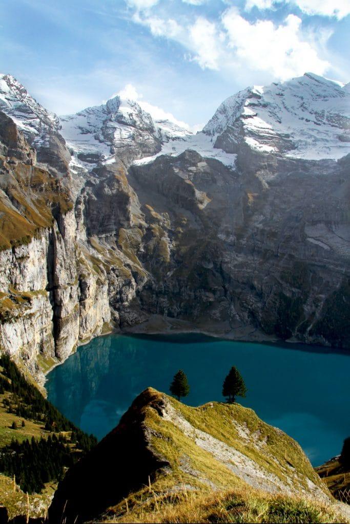 Oeschinensee meer in Zwitserland met omliggende besneeuwde bergpieken