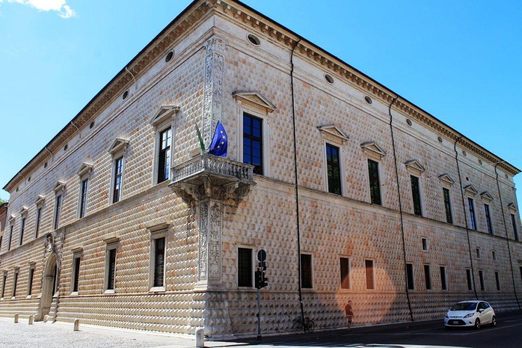 Hoek van het paleis Palazzo dei Diamanti, met ruim 8.000 diamantachtige stenen