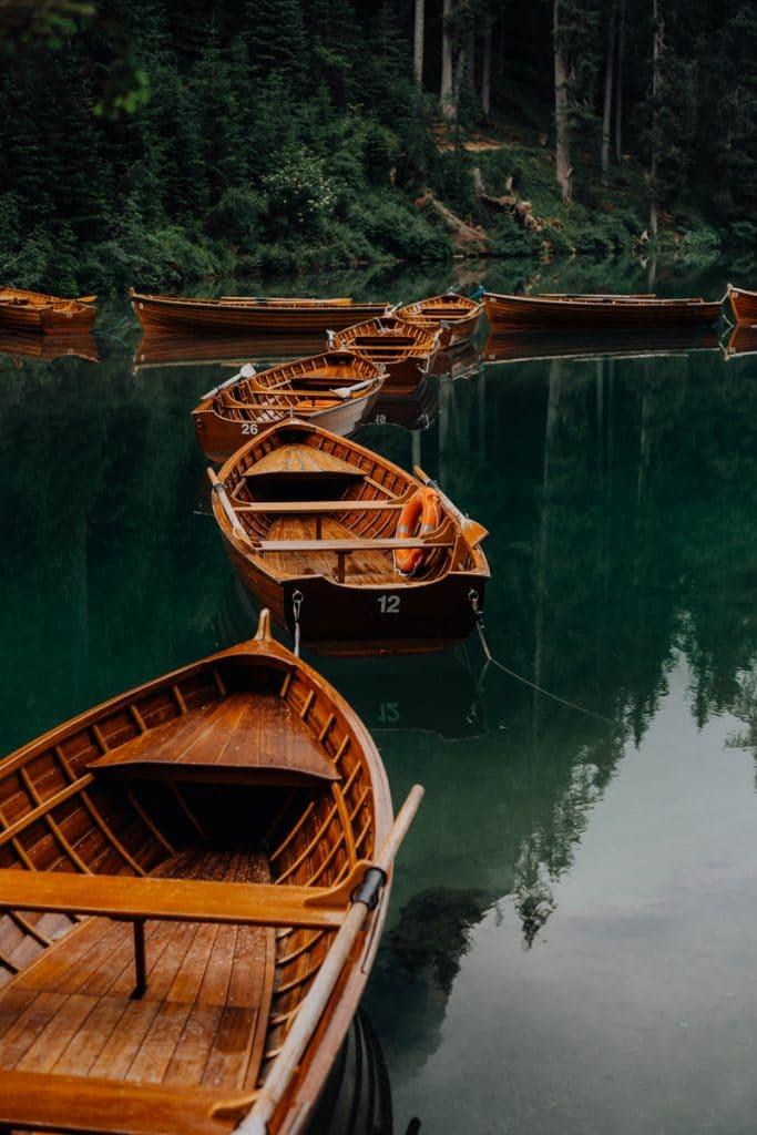 Houten bootjes bij het Pragser Wildsee