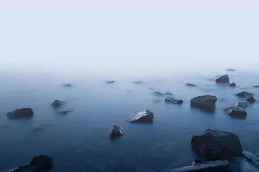Rotsen en water in de mist