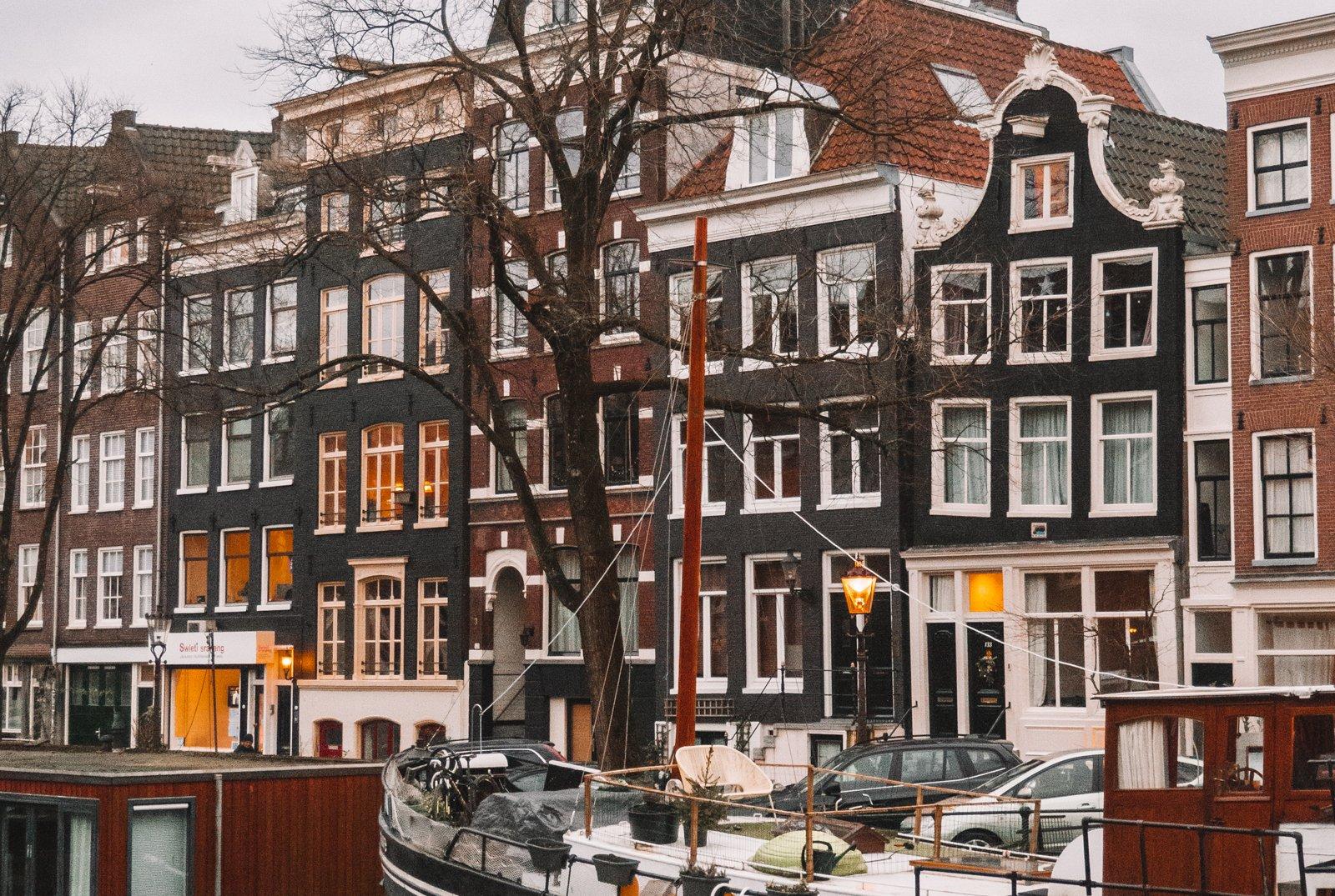 Grachtenpanden bij de Westelijke eilanden in Amsterdam