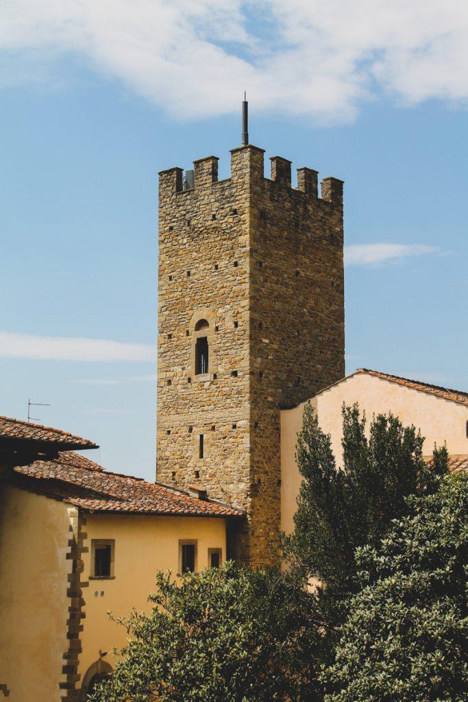 Een historische toren in Arezzo in Italië