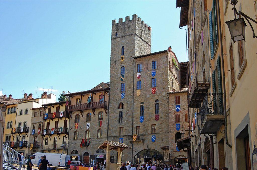 Historische gebouwen aan het grote plein van Arezzo in Italië