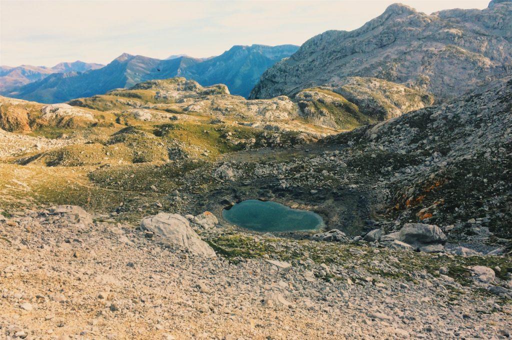 Bergen en groene poelen in Picos de Europa