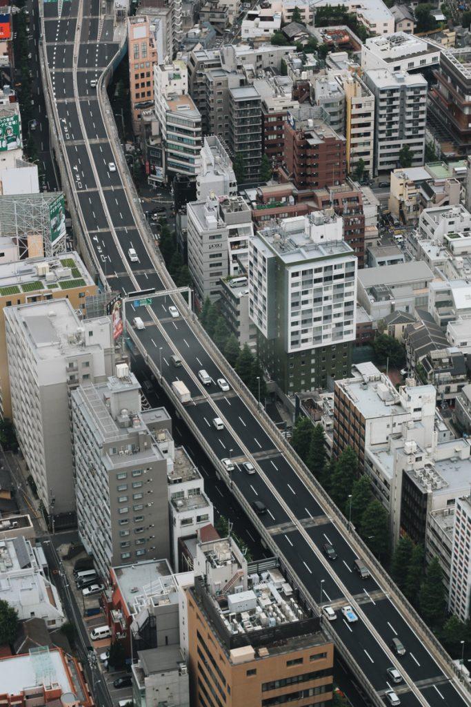 Droneshot van het wegennetwerk in Japan, ideaal voor een camper roadtrip