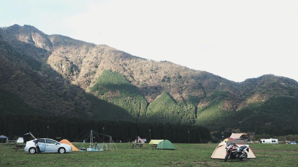 Een groene vallei waar mensen kamperen, ergens in het binnenland van kamperen