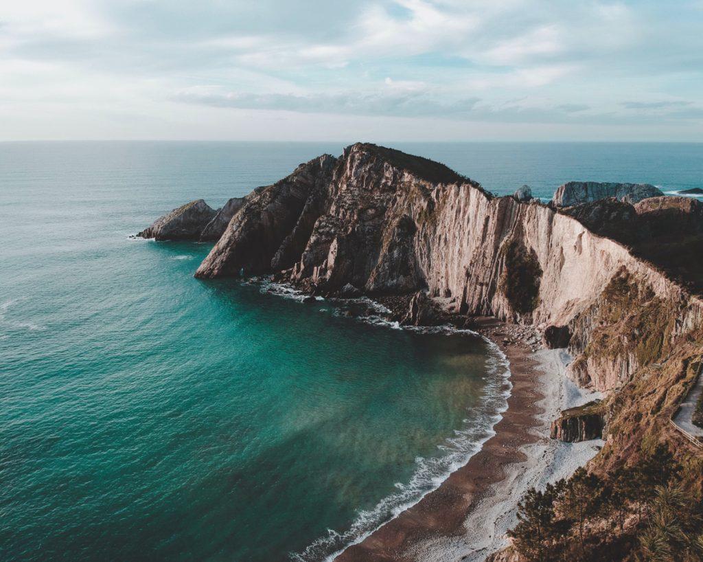 Strand met ruige kliffen van El Silenco, een van de beste Asturias bezienswaardigheden in Spanje