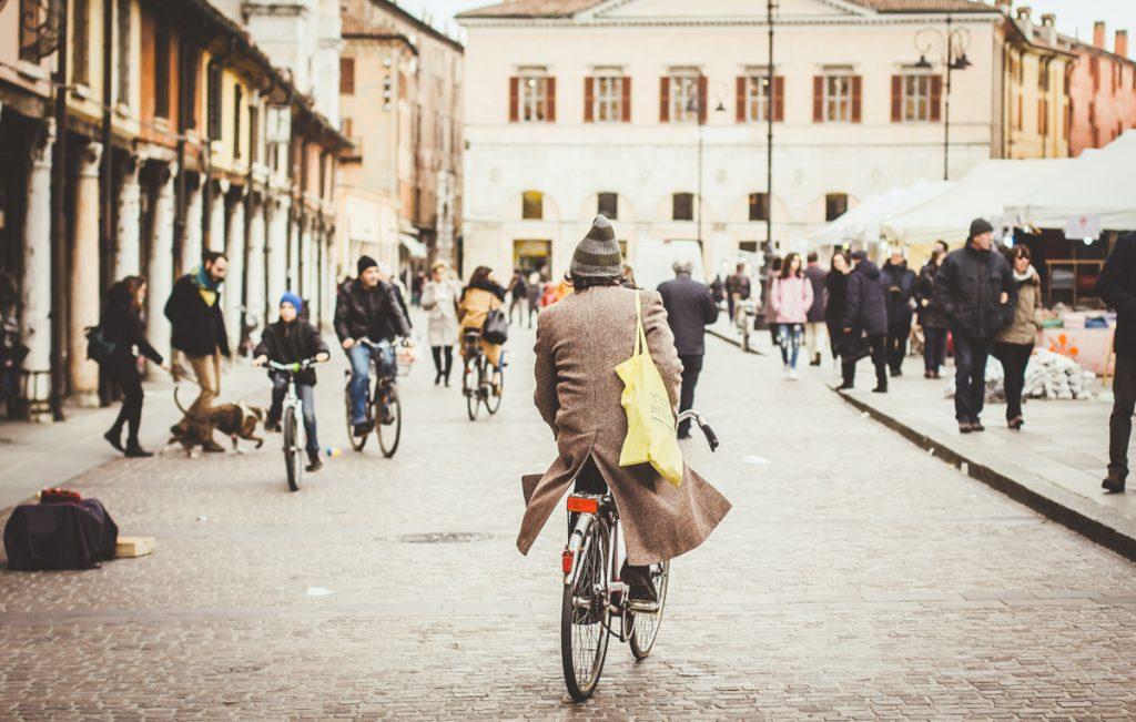 Een fietsende man door Ferrara in het noorden van Italië