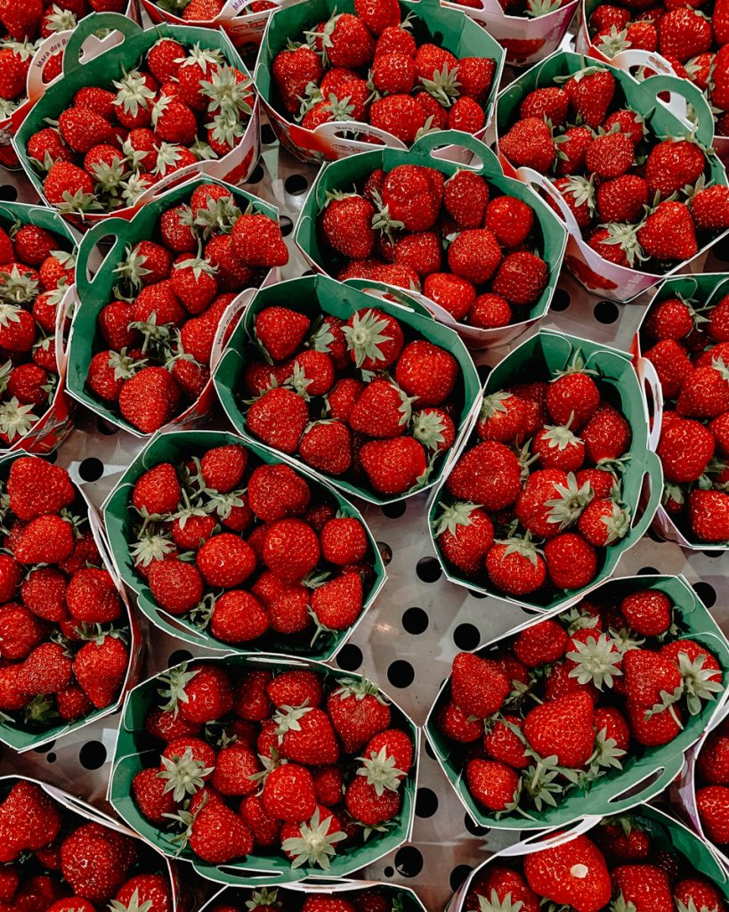 Aardbeien in bakjes op de markt
