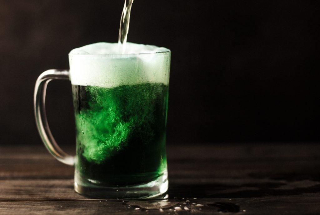 Groen bier dat tijdens St. Patrick's Day wordt gedronken, meer typisch Iers wordt het niet
