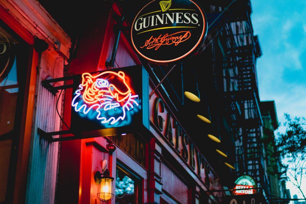 Een bar met het bord van Guinness