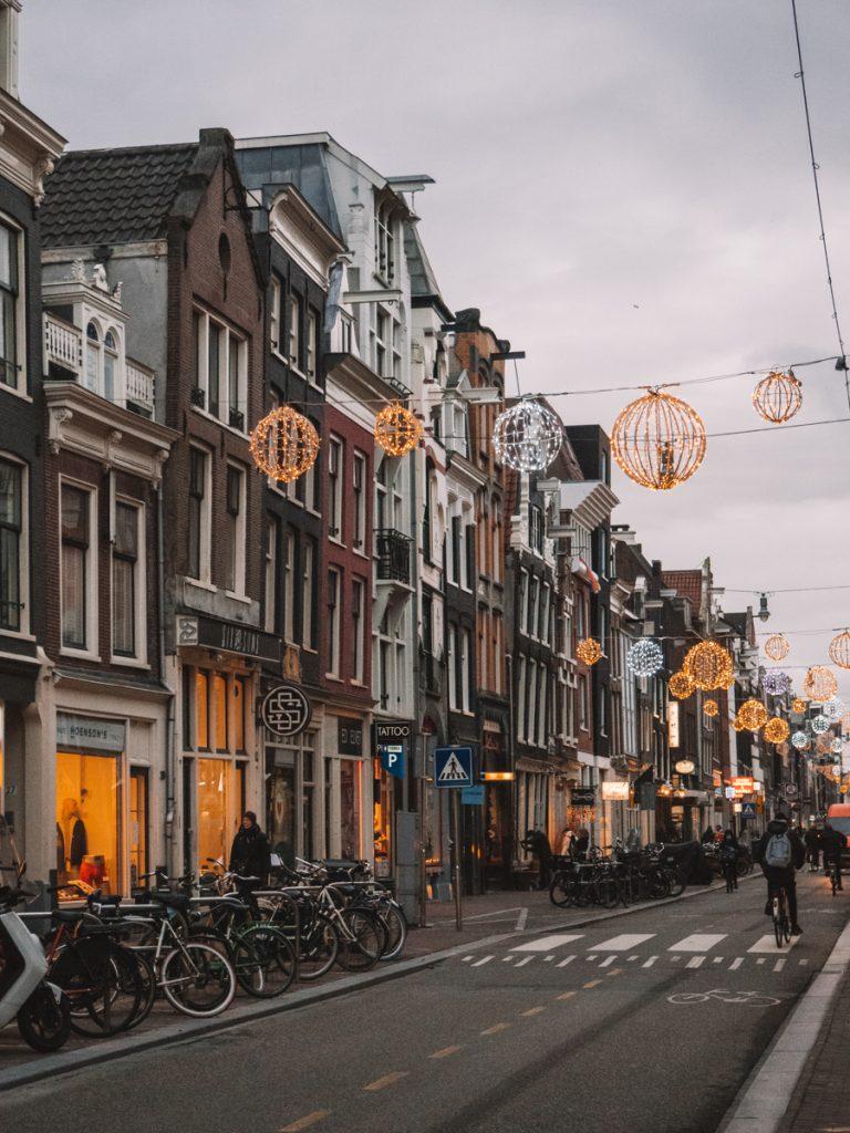 De Haarlemmerdijk vol met herenhuizen en lampionnen