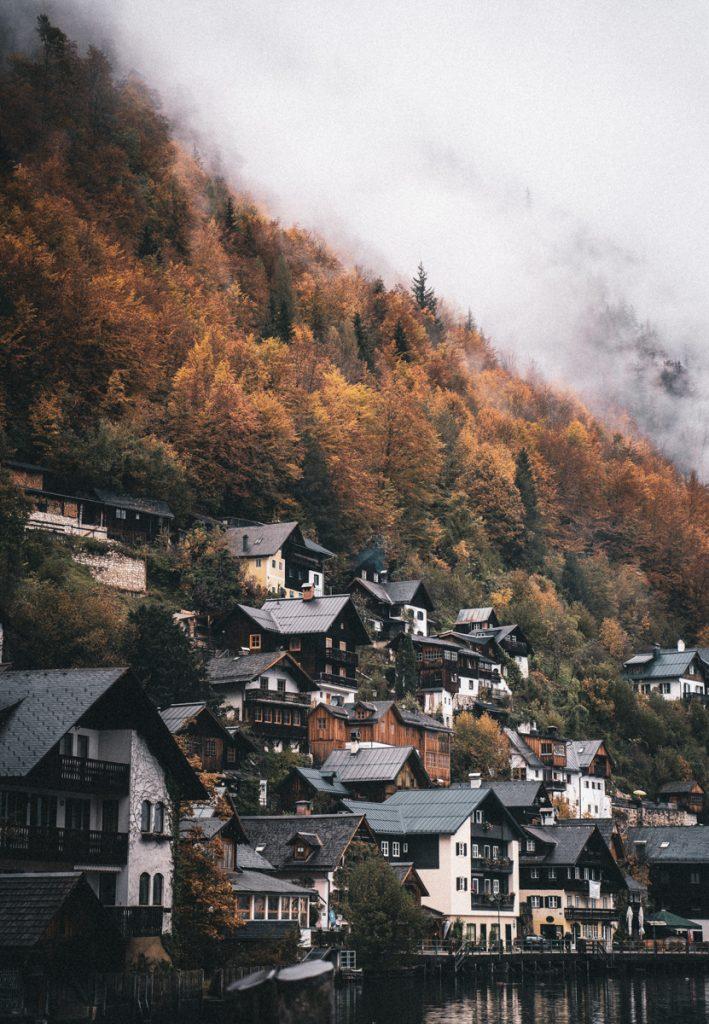 Een dorpje aan het Hallstatt in Oostenrijk