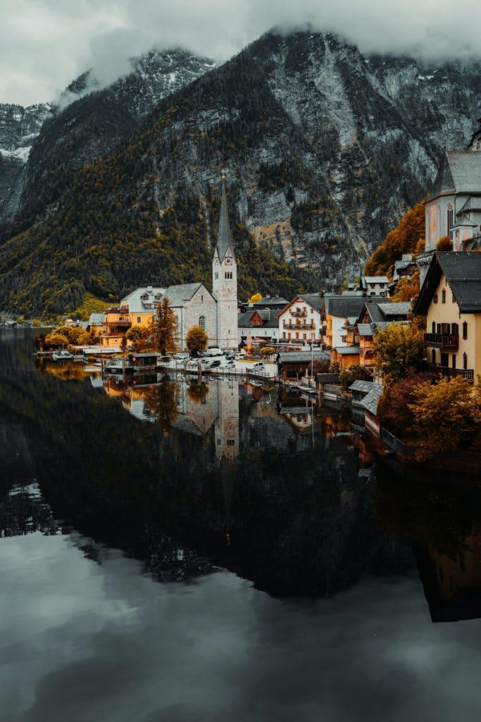 Slaperig dorpje met kerk aan het Hallstatt meer
