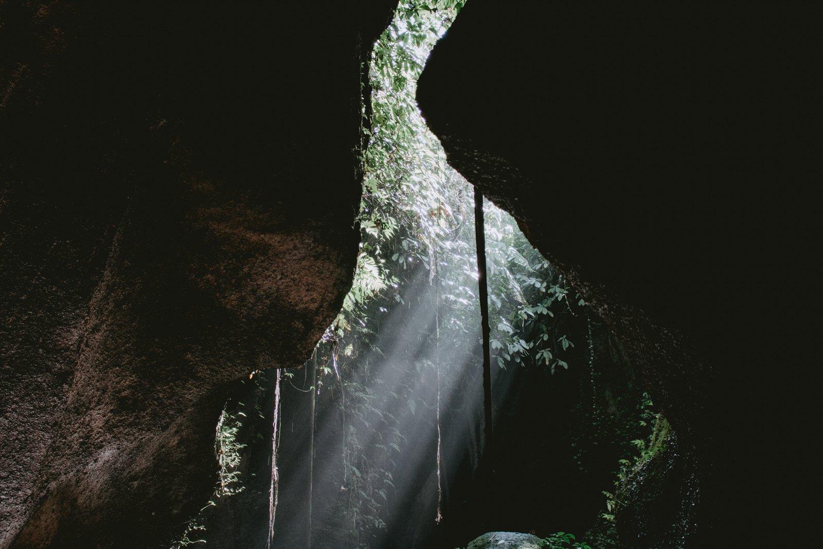 Licht dat binnenvalt bij de Hidden Canyon op Bali