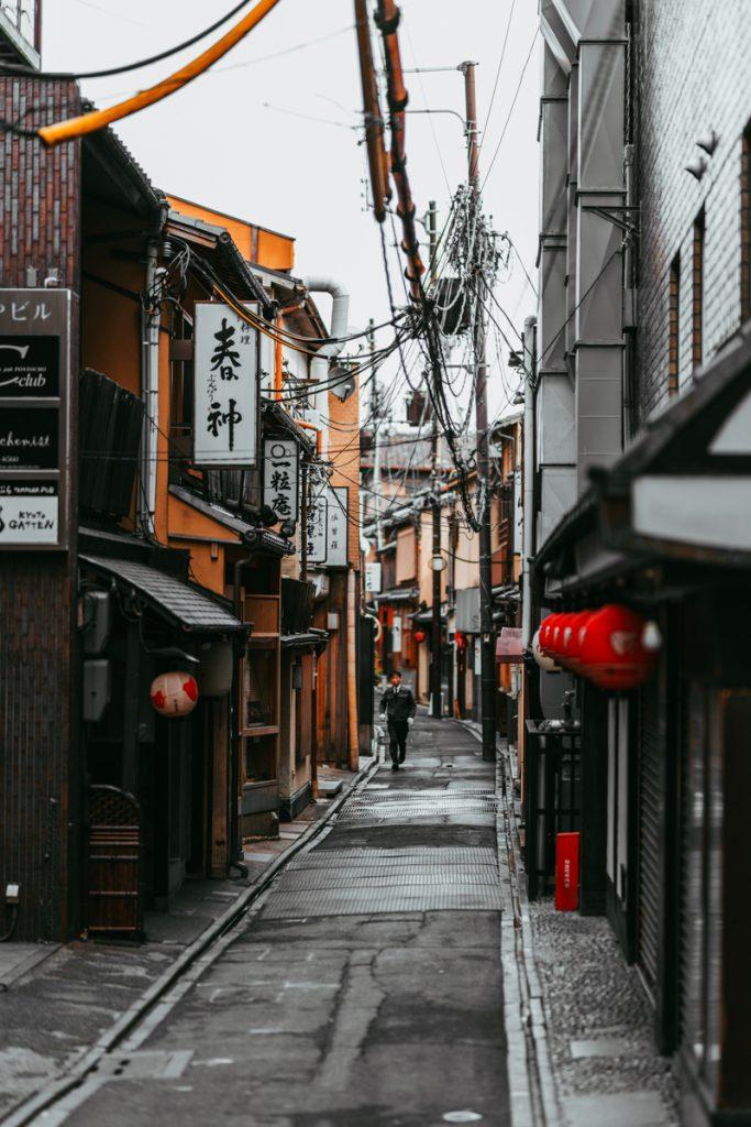 Een steegje in Kyoto met oude Japanse huizen