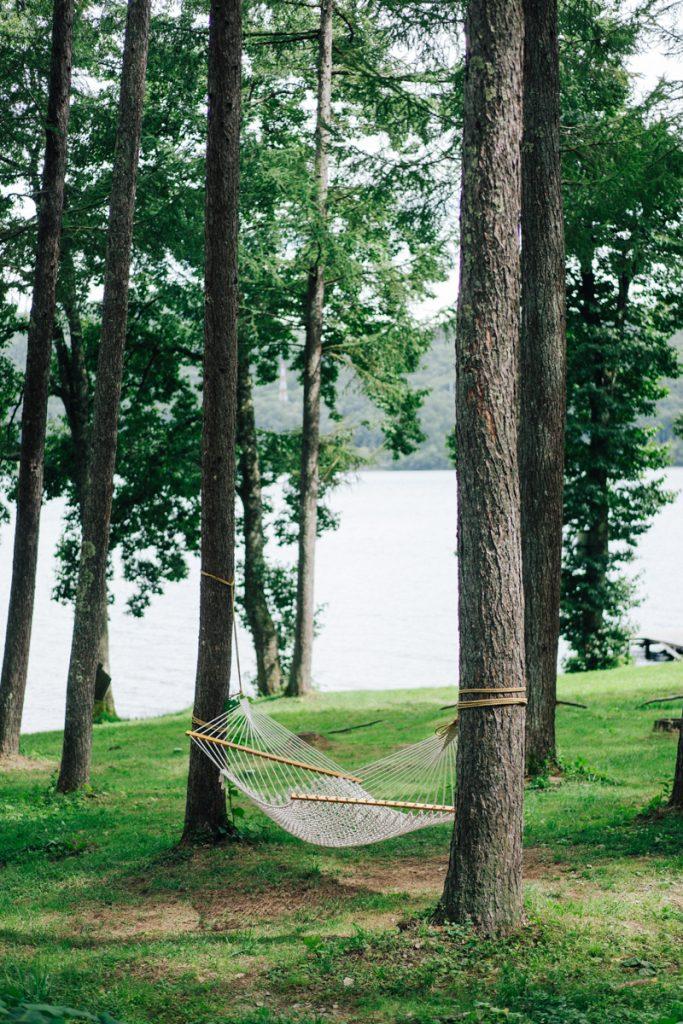 Hangmat tussen de groene bossen op een van de vele campings in Japan