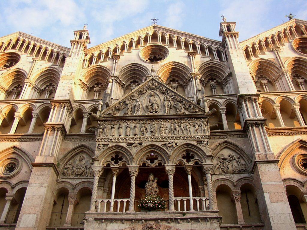 De voorkant van de kathedraal van Ferrara, met zuilen en gedetailleerde ornamenten