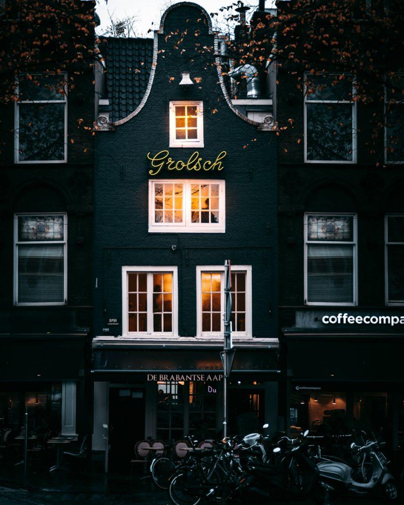 Een oud pand in Amsterdam, waar een van de leukste plekken is gevestigd om te borrelen