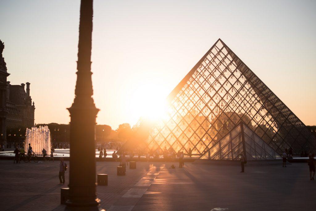 Het Louvre in Parijs tijdens de zonsondergang