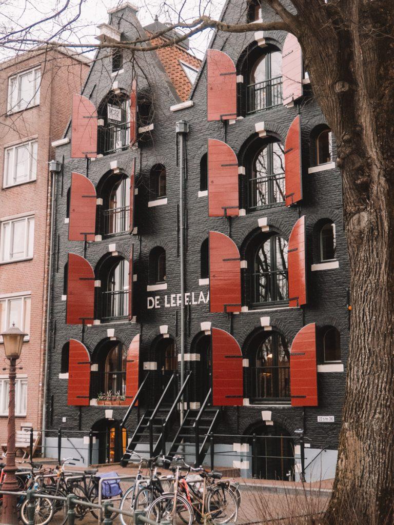 Een oud pakhuis met rode luiken op de Westelijke Eilanden in Amsterdam