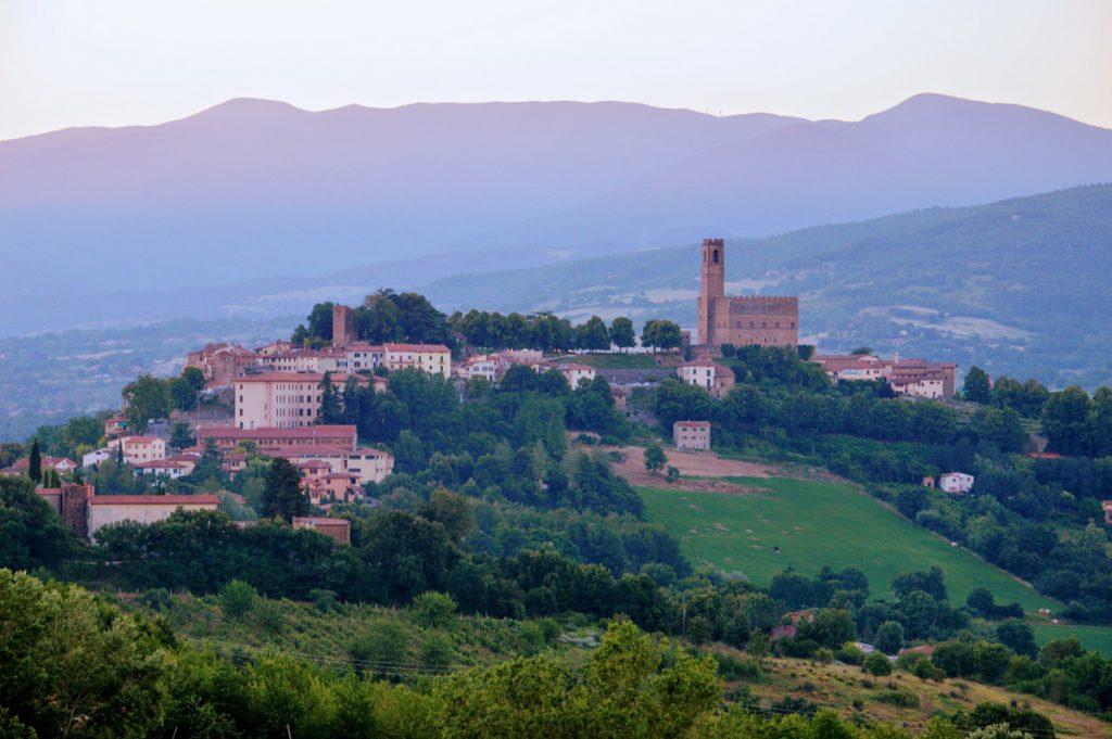 Het oude vestigingsdorpje Poppi in de groene heuvels van Toscane