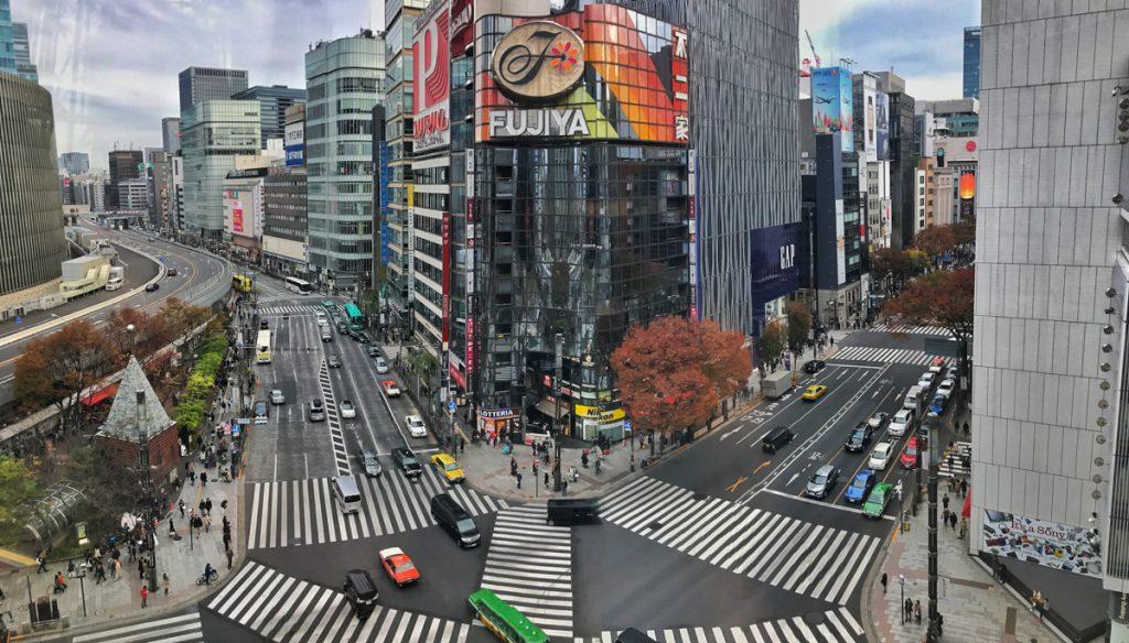 De wegen tijdens een camper roadtrip door Japan zijn goed onderhouden, zoals hier in Tokyo