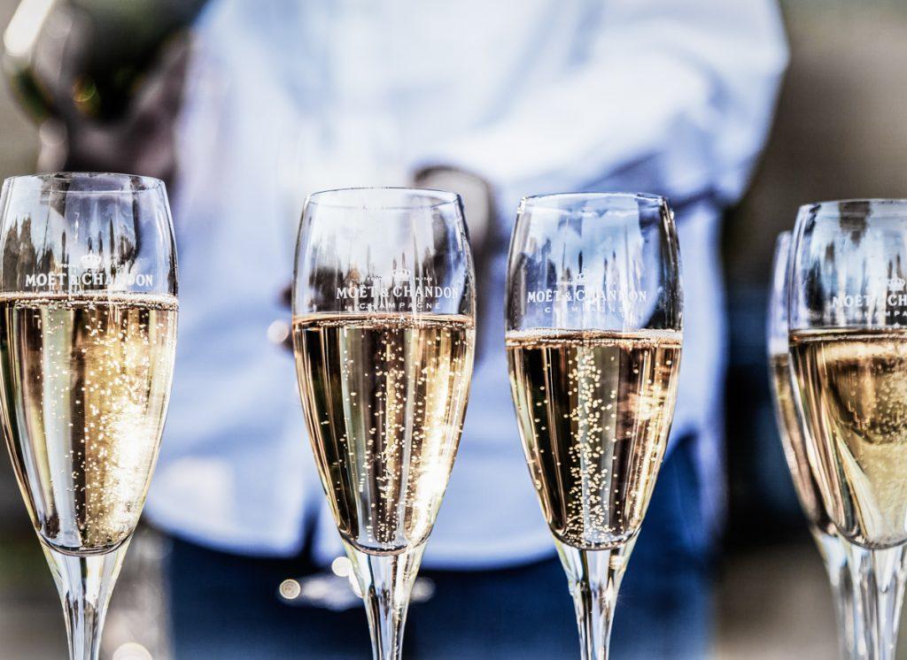 Een paar glazen echte champagne uit Frankrijk, meer typisch Frans dan dit wordt het niet