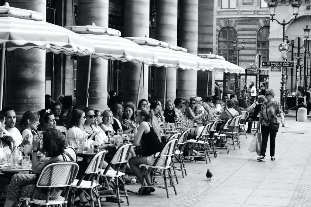 Het is typisch Frans om tussen de middag twee uur uitgebreid te lunchen op het terras
