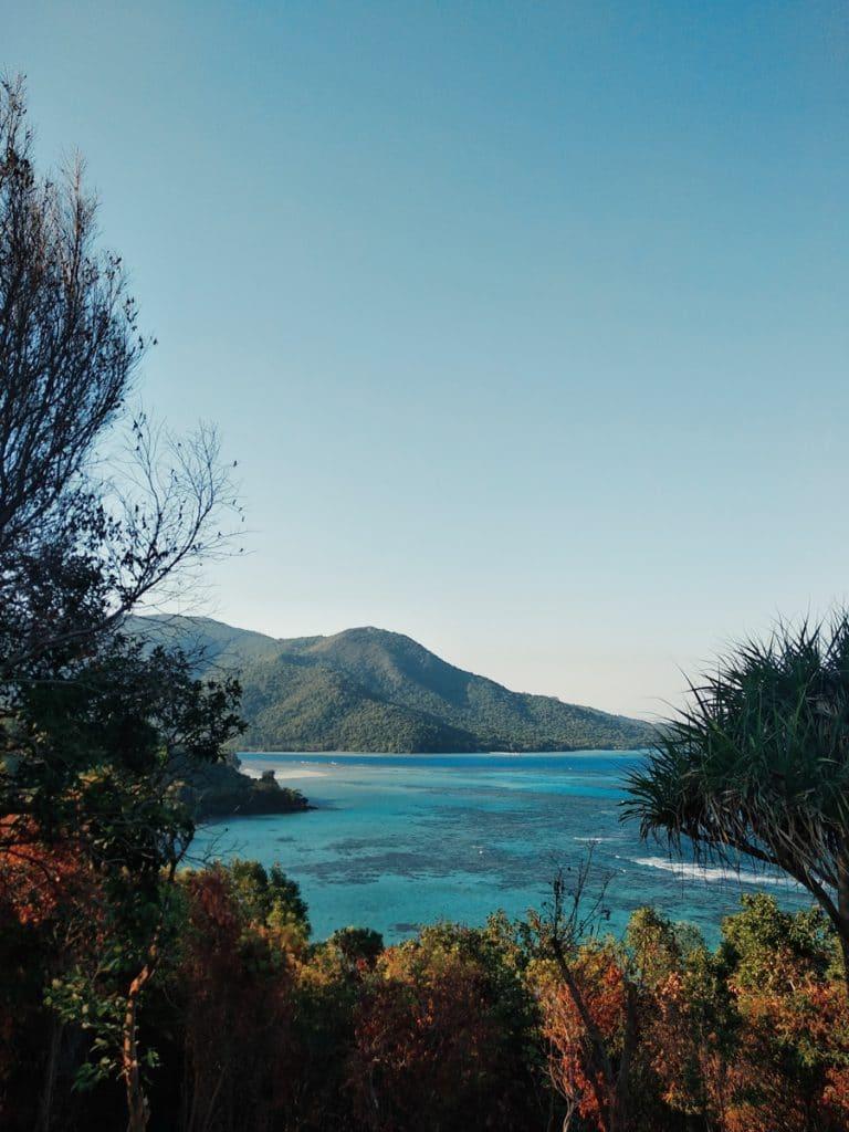 Uitzicht op de helderblauwe zee