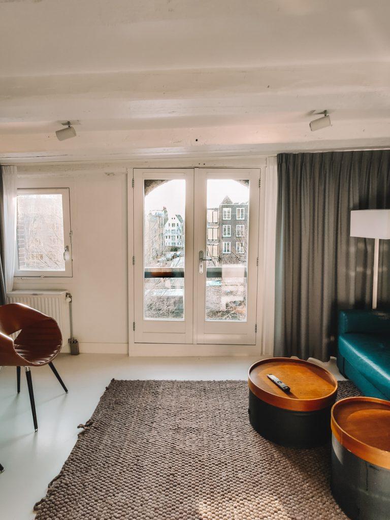 Interieur met uitzicht op de gracht van het appartement