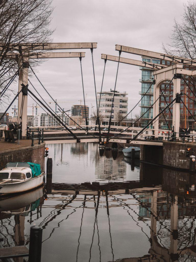 Een houten ophaalbrug bij de Westelijke Eilanden in Amsterdam