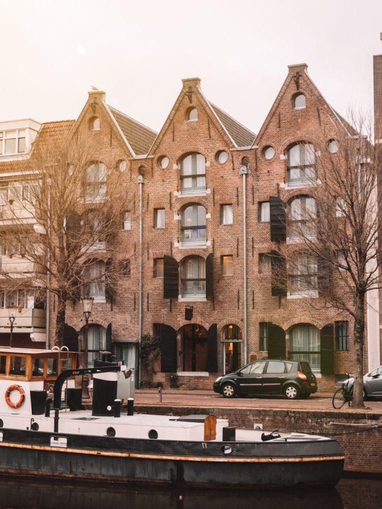 Drie voormalige pakhuizen aan de Zoutkeetsgracht nabij de Westelijke eilanden in Amsterdam
