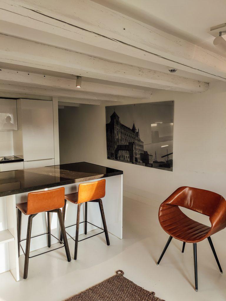 Keukeneiland met bruine barkrukken