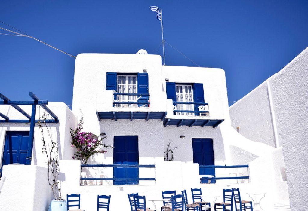 Een typisch Grieks huis met blauwe en witte accenten