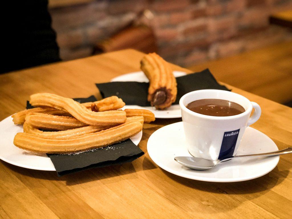Churros is een typisch Spaanse lekkernij, wat ook vaak als ontbijt wordt gegeten in Spanje
