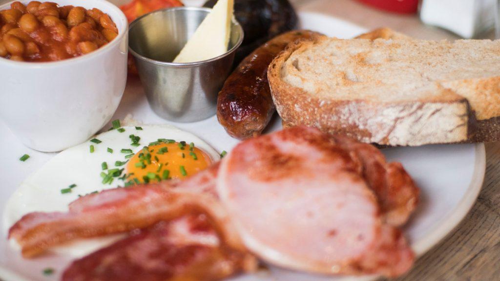 Een English breakfast is natuurlijk typisch Engels, met worst, ei, bacon, toast, bonen en meer