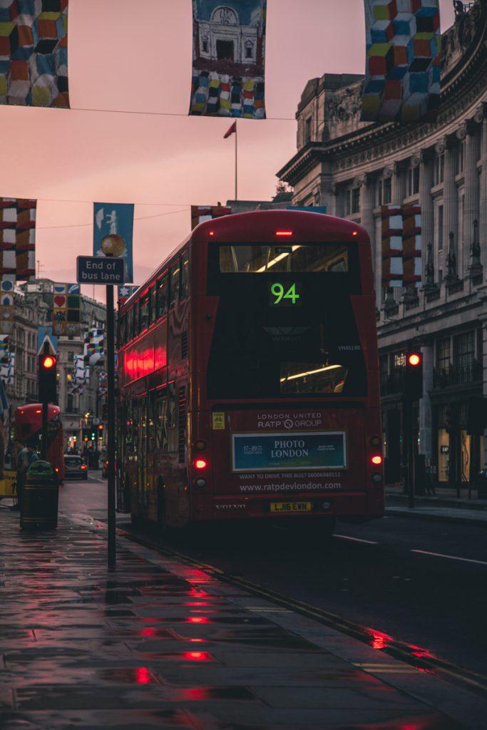 De rode dubbeldekkerbus in Londen