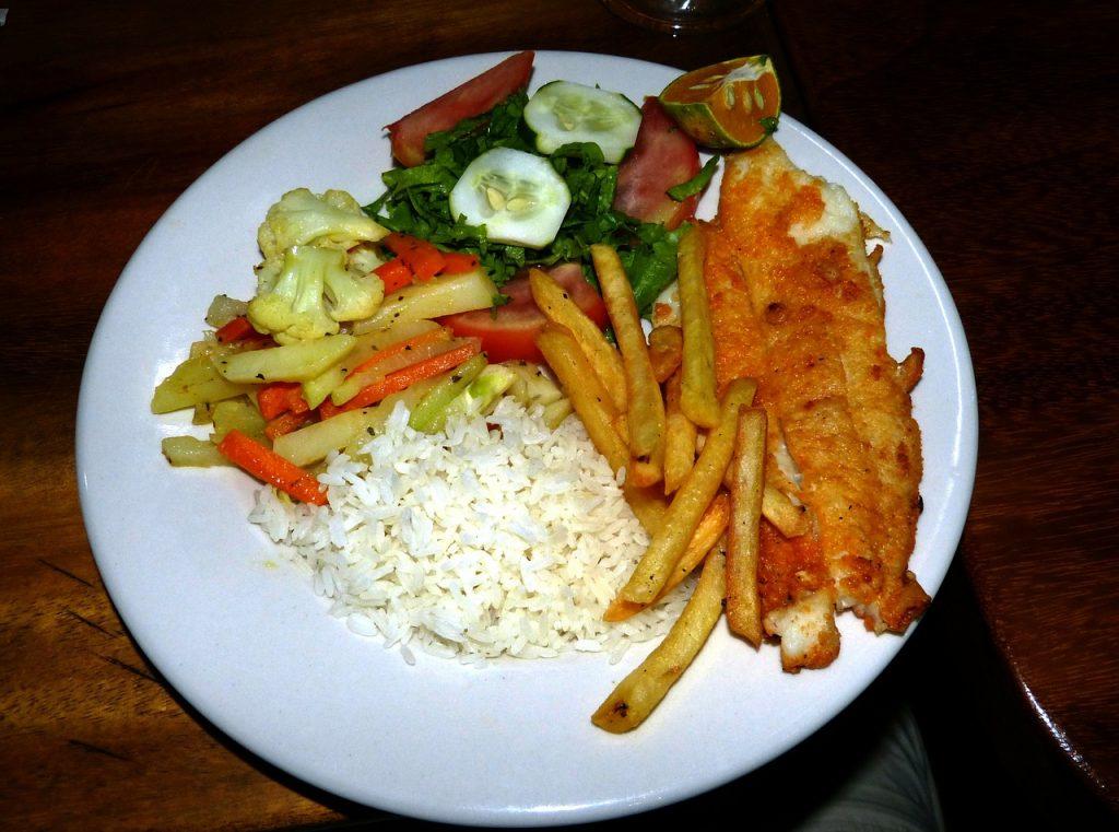 Typisch Costa Ricaans eten: rijst met vis en salade