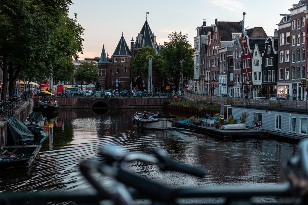 De grachtengordel is natuurlijk een van de leuke plekken om te fotograferen in Amsterdam