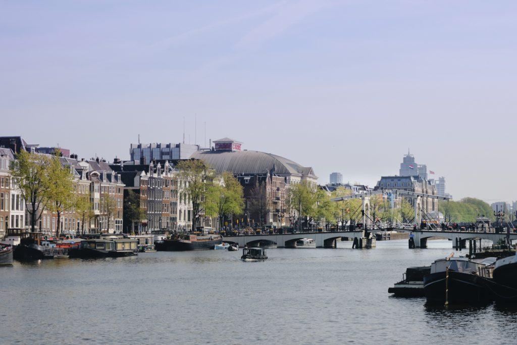 De Magere Brug is een van de mooiste en leukste plekken in Amsterdam om te fotograferen