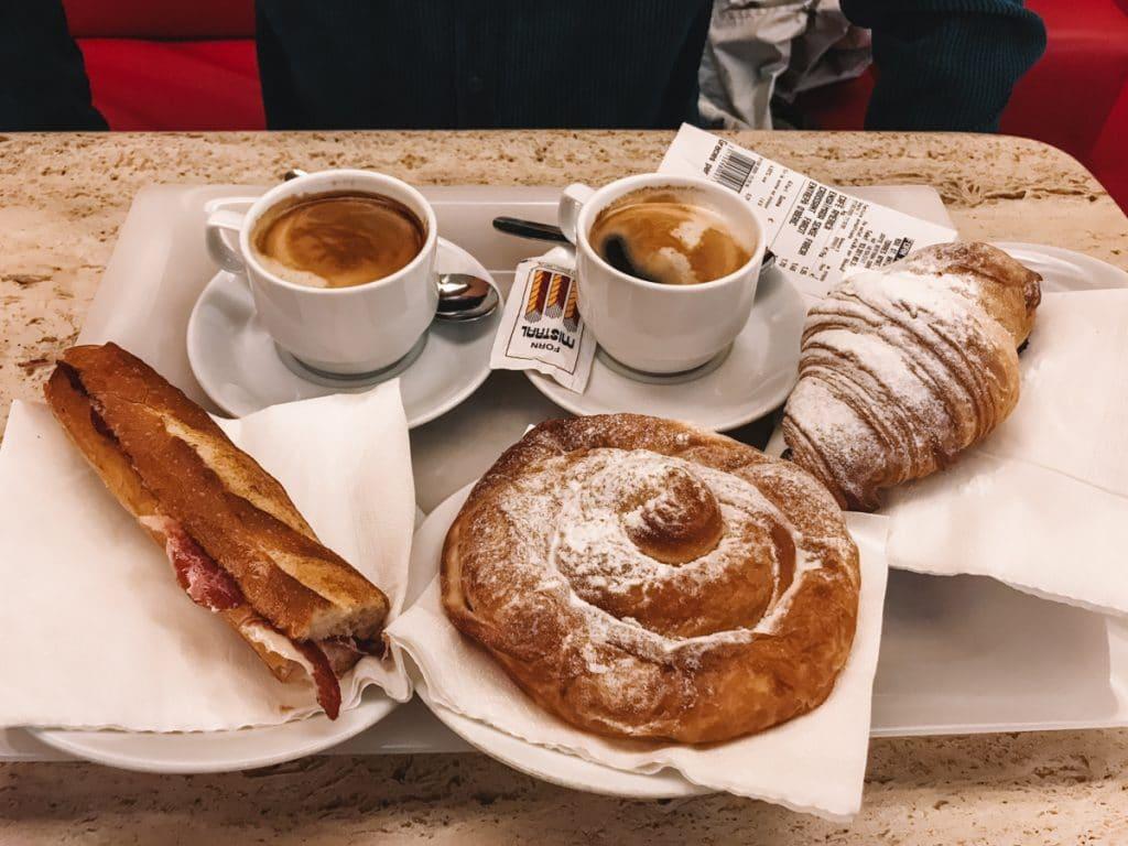 Broodjes en koffie bij Forn Mistral, een van de leukste hotspots van Barcelona voor een ontbijt