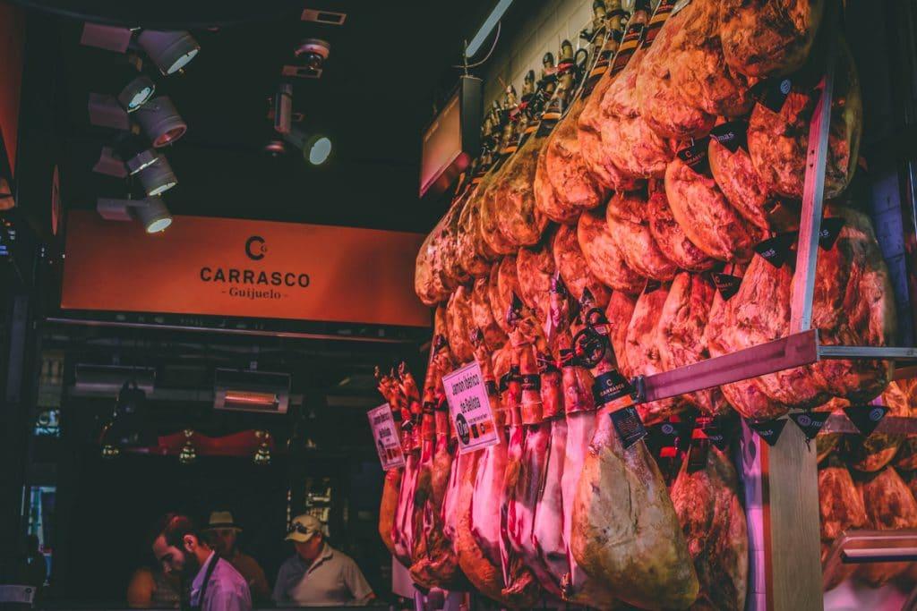 Vlees aan haken in de San Miguel Market